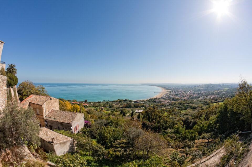 Con i 70 km di coste sabbiose e gli immensi parchi nazionali che consentono un ampio distanziamento sociale, l'Abruzzo è pronto ad accogliere i visitatori con serenità.