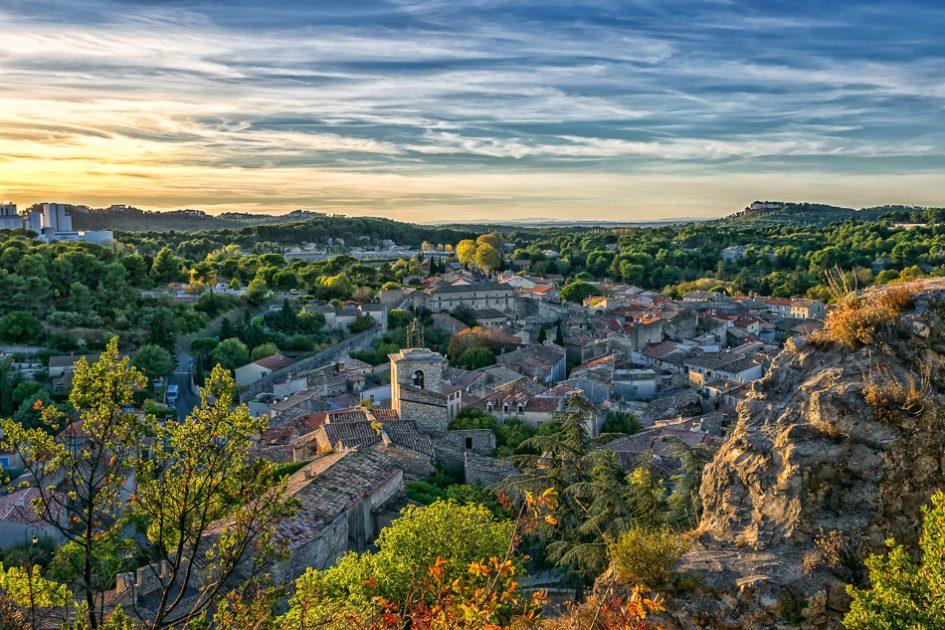 Paesaggio autunnale a Orgon in Provenza, le migliori destinazioni europee da visitare in autunno