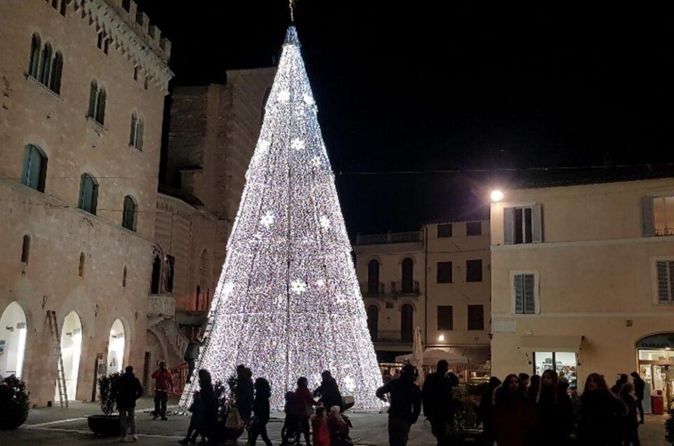 Natale e Capodanno a Foligno: arriva il maxi albero e la festa in piazza